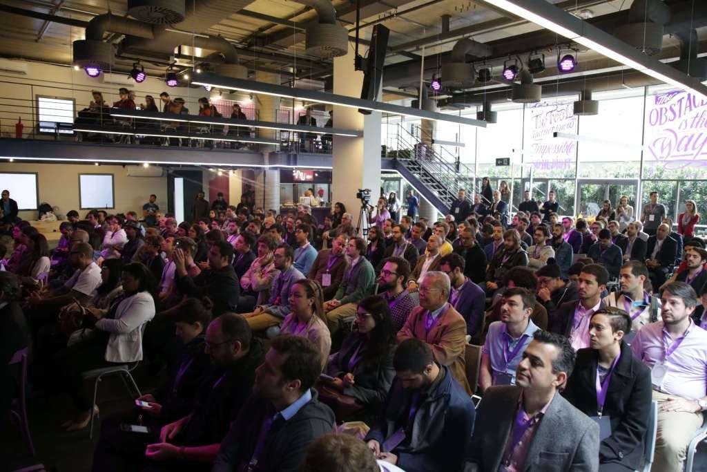 Metodología Ágil: Cientos de recién contratados escuchan atentos una plática de bienvenida inspiradora.