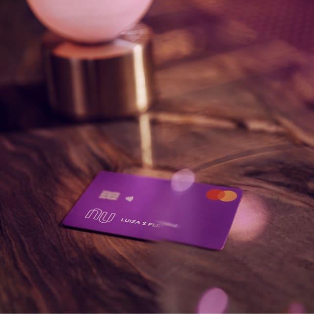 La tarjeta de crédito Nu aparece dentro de un ambiente cálido