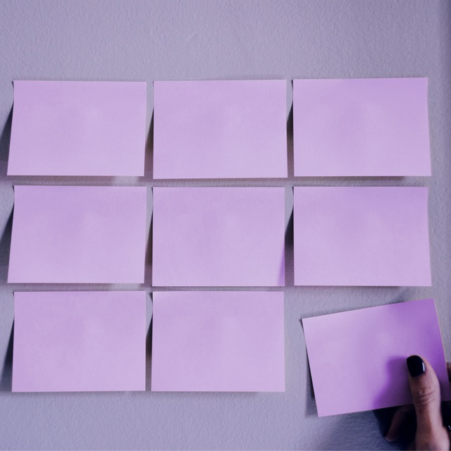 Metodología Agil Nu: algunos papeles morados muestran la dinámica laboral que adapta la forma de trabajo a las condiciones del proyecto.