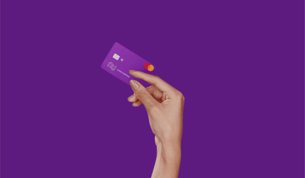 Mano sostiene tarjeta de crédito Nu: generar o consultar el RFC