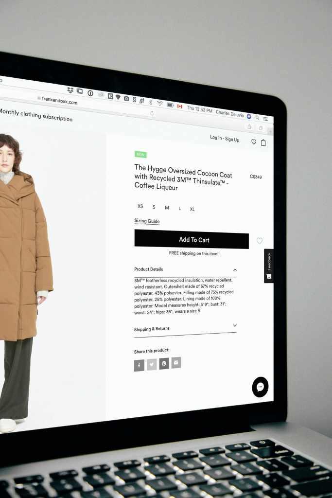 computadora abierta muestra tienda online con un modelo de chamarra color café que luce una mujer caucásica de mediana edad.