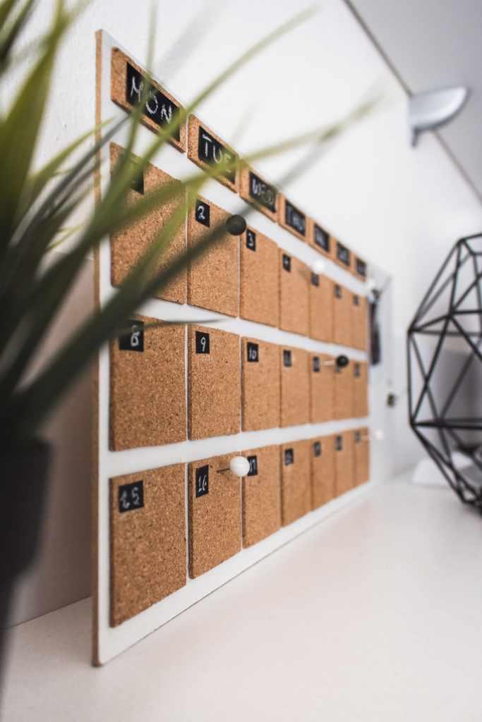 Calendario financiero en un escritorio hecho de corcho señala días de la semana