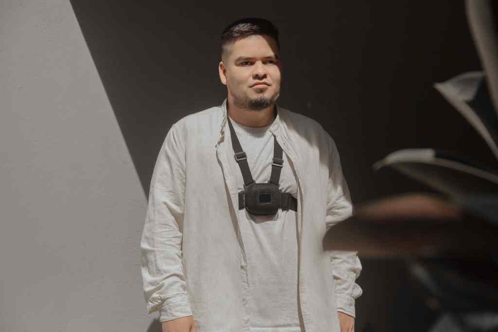 Hombre invidente de edad mediana vestido con ropa blanca utiliza el dispositivo Strap un bastón blanco digital para aumentar la movilidad para personas con discapacidad visual BlogNu