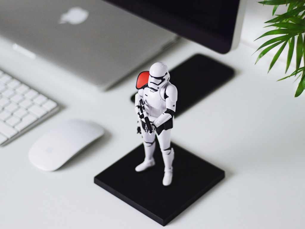 Soldado de Star Wars protege computadora simulando ciberseguridad  y protección contra robo de identidad, robo de información, ronbo de cuentas, fraude, ciberespionaje y extorsión