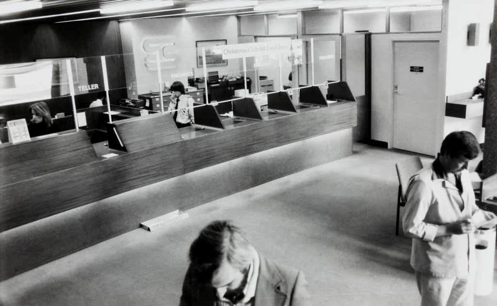 Interior de una sucursal bancaria que luce como una modalidad obsoleta de servicio financiero