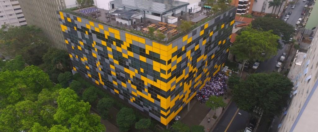 Prédio do Nubank, com janelas amarelas e cinzas, na Avenida Rebouças, em São Paulo
