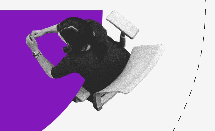 Débito Nubank: jovem sentada em uma mesa roxa. Ilustração vista de cima