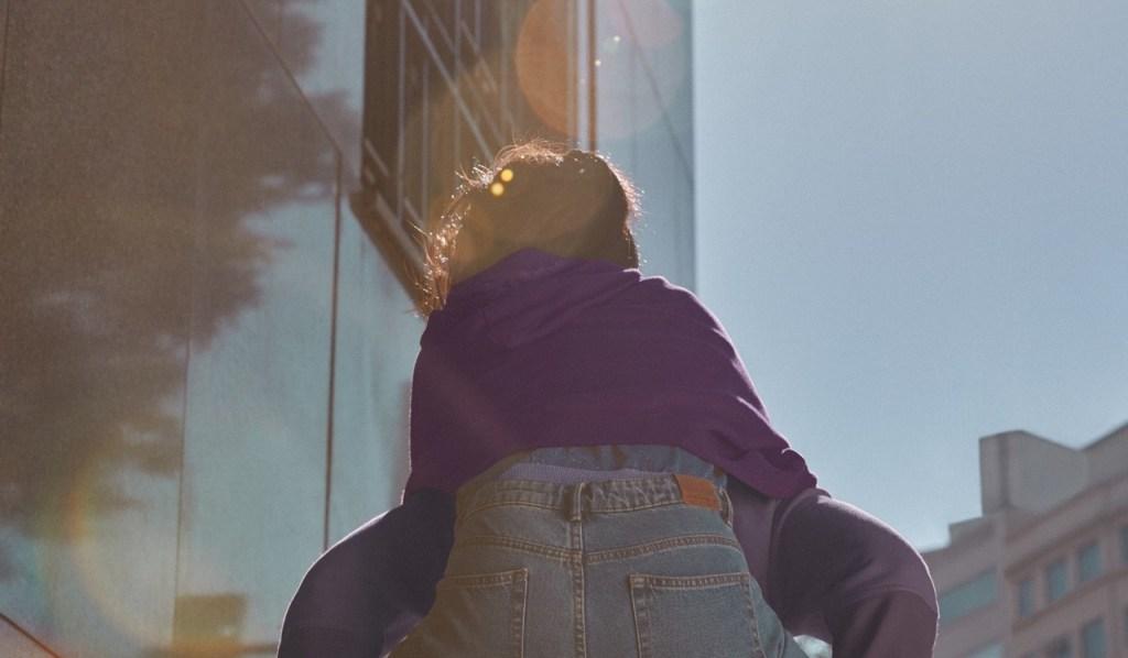 Extrato FGTS: jovem sendo carregada nas costas de outra pessoa