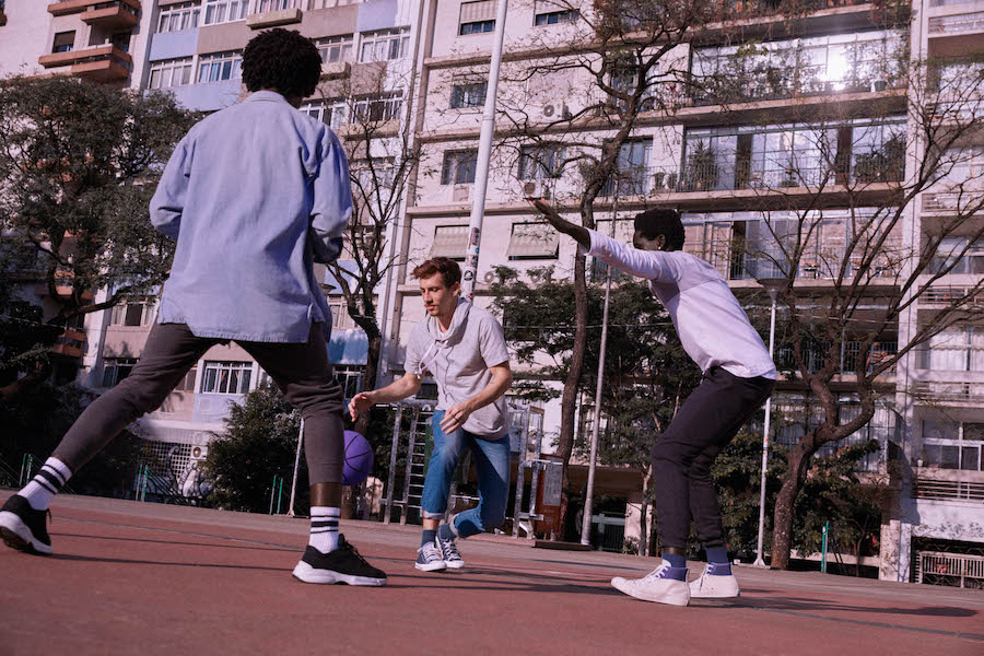 Freela: três homens jogando basquete com uma bola roxa