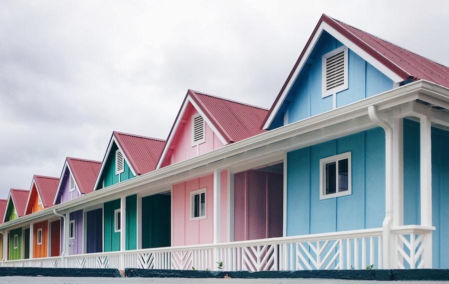 Como planejar uma viagem: casas coloridas enfileiradas