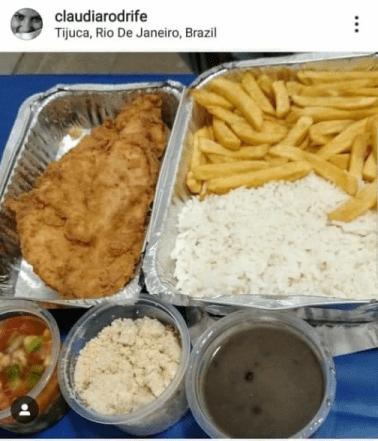 Foto de arroz, feijão, farofa, filé de frango a milanesa e vinagrete.