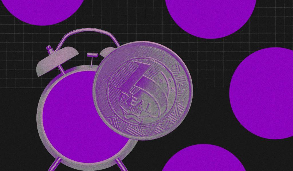 Restrospectiva 2019: relógio roxo com despertador com uma moeda de um real na frente