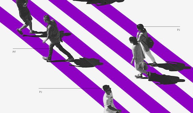 Como começar a empreender: Pessoas em preto e branco caminhando sobre uma faixa de pedestres roxa e branca