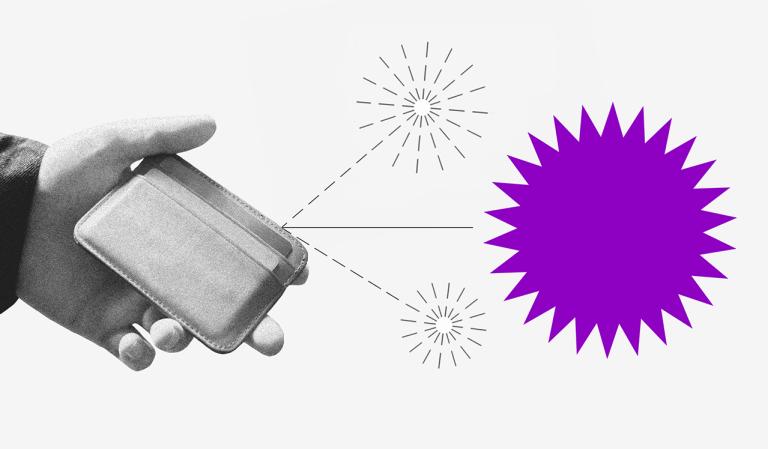 Uma mão segurando uma carteira de onde saem duas setas pontilhadas, cada uma com um pequeno fogo de artifício no fim. Do meio sai uma seta com um fogo de artifício roxo