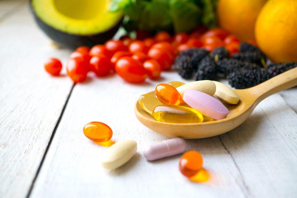 alimentos e cápsulas de suplementos alimentares