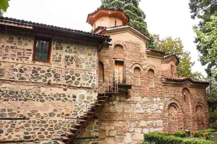 Bulgaristan'da Gezilecek Yerler Çağdaş yapılar ile antik gezilerin aynı çatıda toplandığı bir adres olan Bansko dışında, Bulgaristan'da görebileceğiniz çok sayıda tarihi ve doğal güzellik var. Bulgaristan'ın Osmanlı döneminden kalma tarihi, bizi bu ülkeyle kültür olarak daha da yakınlaştırıyor. Bansko'ya eğer hava yolu ile ulaşacaksanız, ilk adresiniz de Sofya olacak demektir. Sofya'yı hızla transit geçmek yerine, başkentte biraz daha uzun vakit geçirmenizi önerebiliriz. Sofya'da gezebileceğiniz en temel yerleri ise aşağıda ayrıntılı olarak bulabilirsiniz: Aleksander Nevski Katedrali Katedralin görkemli yapısını gördüğünüz anda buranın sadece Sofya'nın değil, Bulgaristan'ın da en ikonik sembollerinden biri olduğuna kolayca ikna olabilirsiniz. Katedral; özellikle Pazar günleri düzenlenen ayin sırasında görülmeye değer. Burası bir ibadethane olmasının yanında Bulgar halkı için aynı zamanda bir bağımsızlık anıtı. Tüm Doğu Avrupa için Neo-Bizans mimarisinin en önemli yapıtlarından biri olan Aleksander Nevski Katedrali'ni Sofya turunuz sırasında mutlaka görmeli ve önünde birkaç fotoğraf çektirmelisiniz. Sofya Arkeoloji Müzesi Avrupa'daki en büyük arkeoloji araştırma birimlerinden birine sahip olan Sofya Arkeoloji Müzesi, müze gezmeyi sevenler ve arkeolojiye ilgi duyanlar için biçilmiş kaftan. Roma döneminden Orta Çağ'a kadar olan parlak dönemlerin ağırlıklı olarak halkın ilgisine sunulduğu dev müzede; tarihi eserler daha da geriye giderek MÖ 4. yüzyıla kadar uzanabiliyor. Yaz döneminde müze haftanın her günü açık; ancak kışın çalışma günleri Salı-Pazar aralığında. Çalışma saatlerini ise 10.00-17.30 olarak not alabilirsiniz. Sofya Tarih Müzesi Yılın her mevsimi, haftanın her günü ziyaret edilebilen bir diğer Bulgar müzesi, yine Sofya'da yer alan Tarih Müzesi. Sofya Tarih Müzesi'ni özellikle de Osmanlı ile benzerlikleri daha yakından görebilmek için ziyaret listenize alabilirsiniz. Eski dünyanın izlerinden, geleneksel motifli nakışlara ve Bulgar sinema tarihine kadar müze 