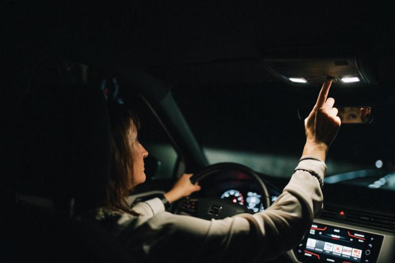 No están prohibidas, pero no hay que abusar de las luces de cortesía al conducir de noche