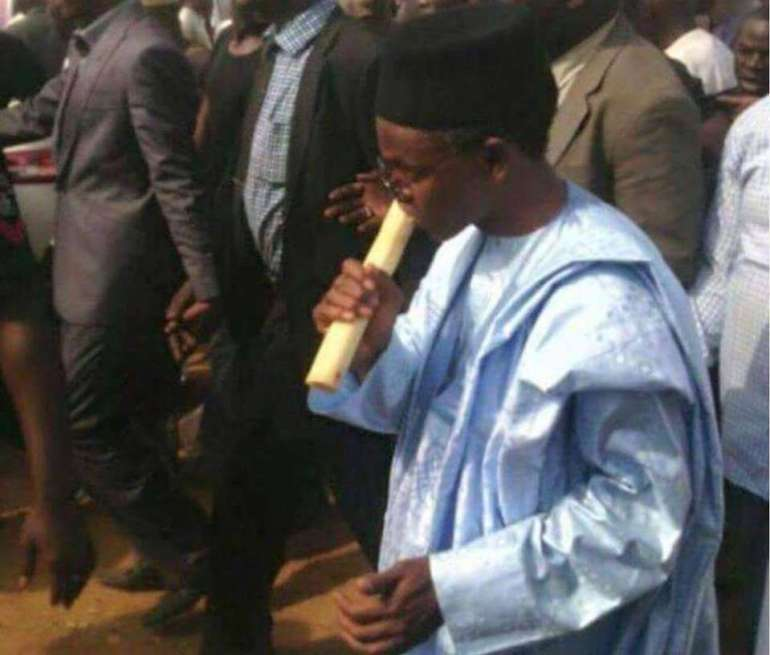 nasir-ahmad-el-rufai-eating-sugar-cane