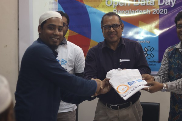 Quiz winners receive an Open Data Day T-shirt at the Bangladesh Open University