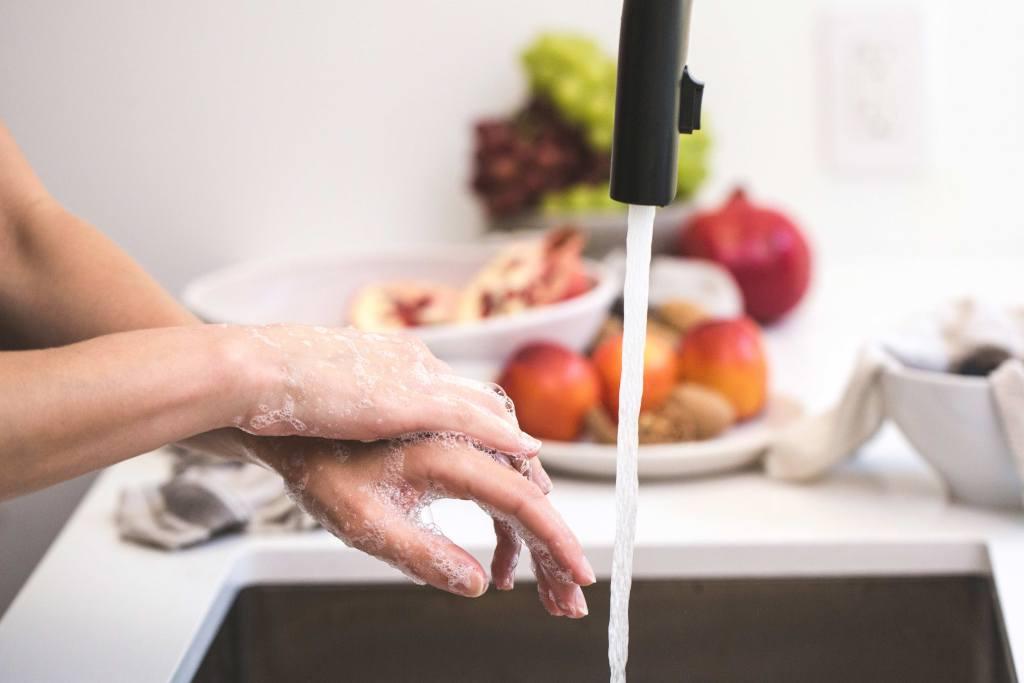 Mulher a lavar loiça