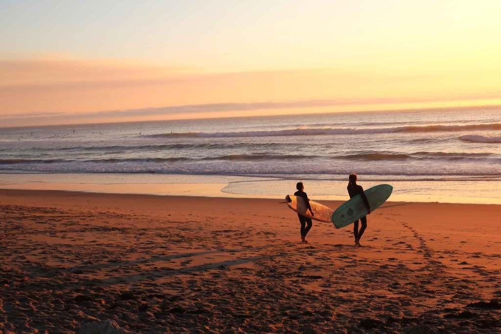 Os 5 melhores destinos para fazer surf em Portugal title