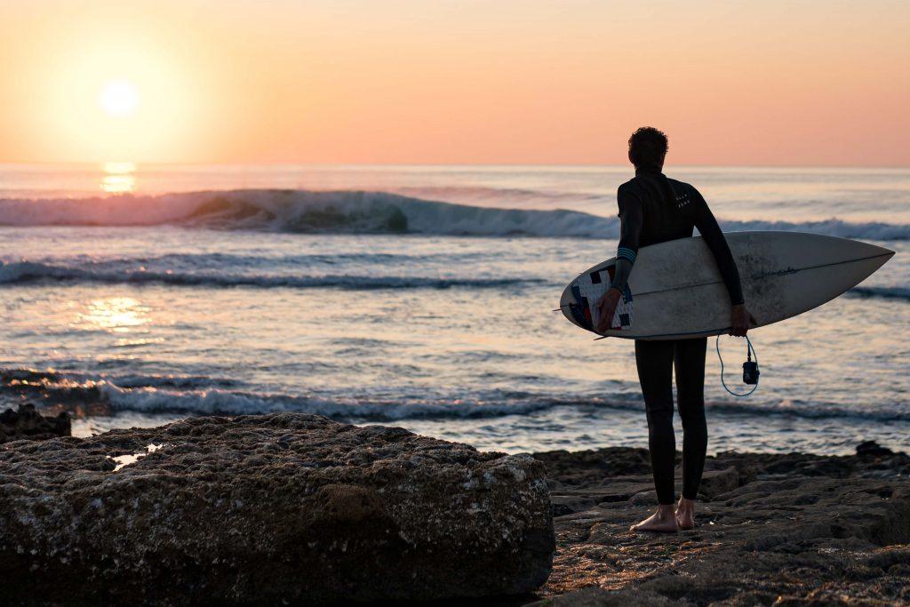 Jovem a preparar-se para fazer surf