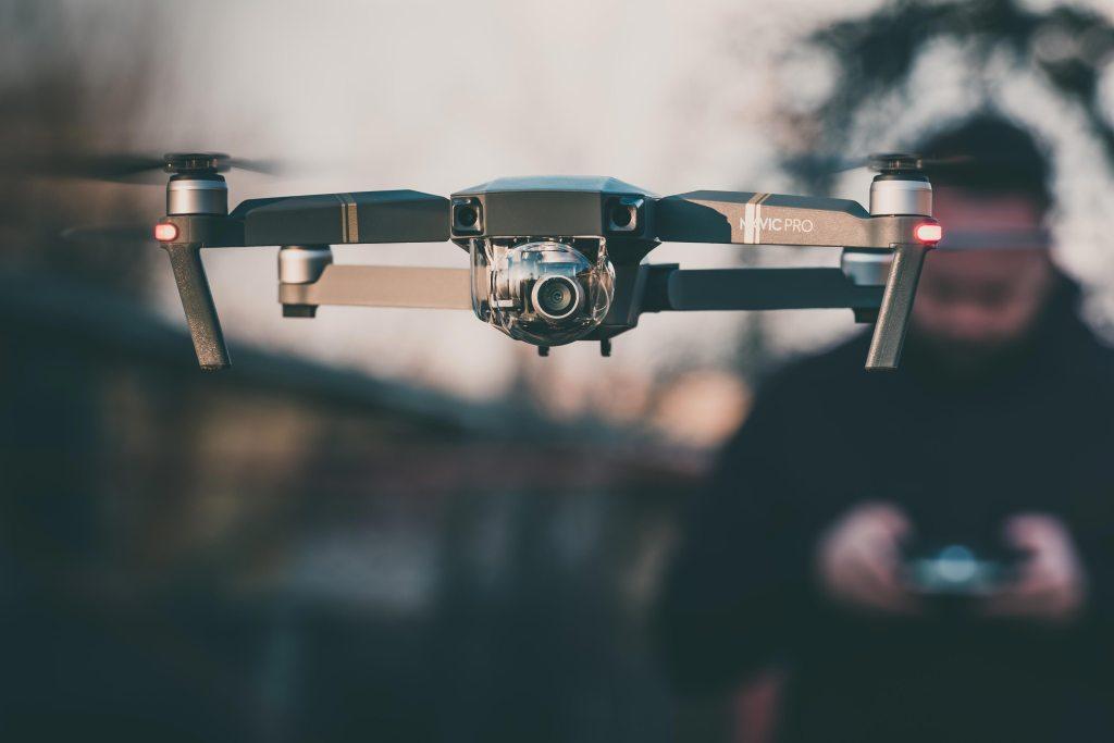 Jovem dirigindo um drone