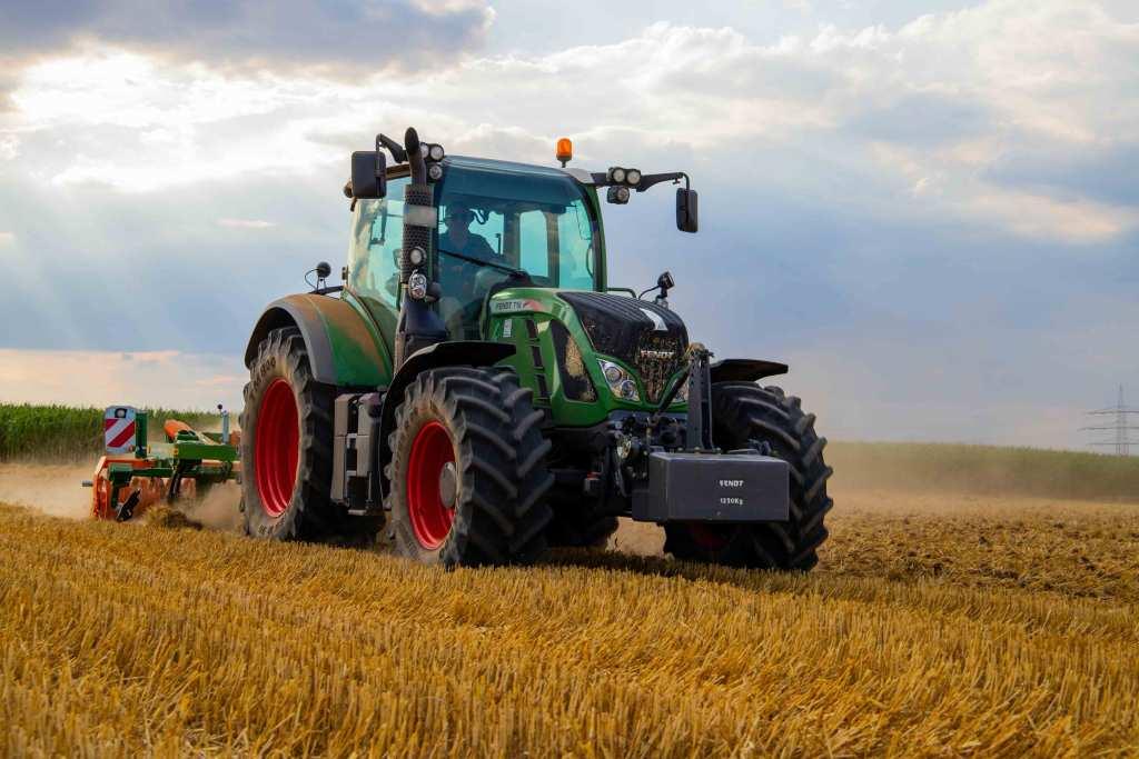 Trator verde moderno no campo