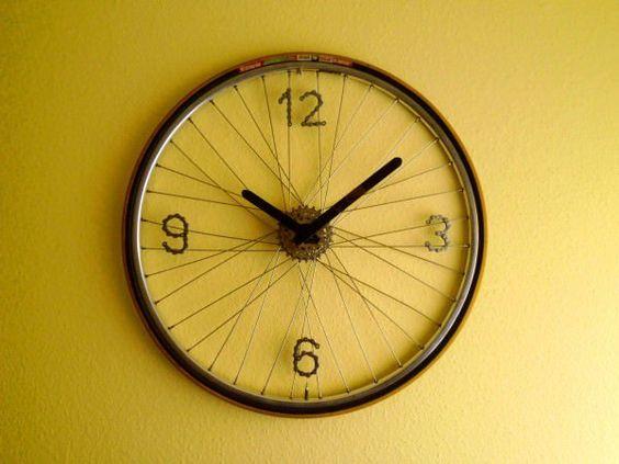 relógio feito com roda de bicicleta antiga
