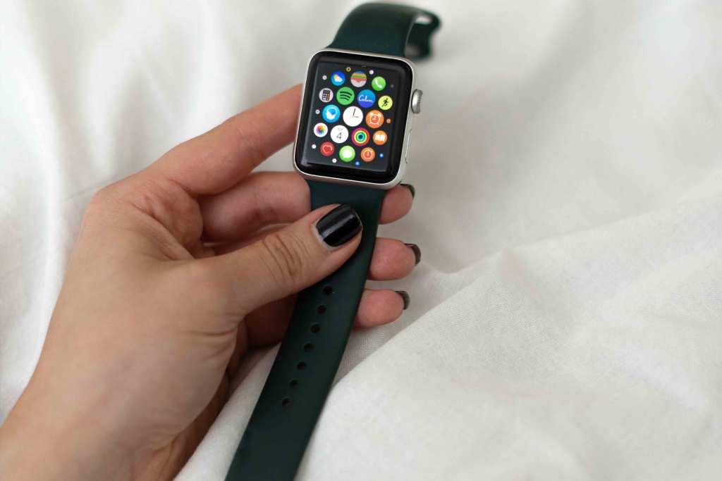 Mulher usando Apple Watch