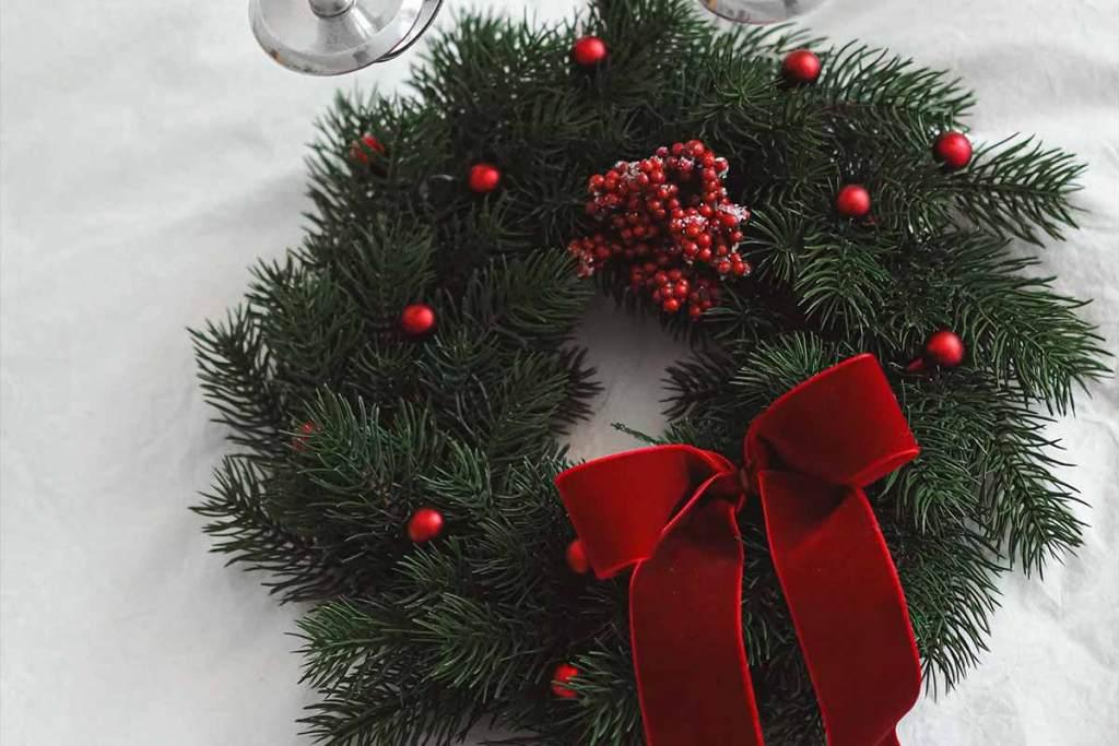 Coroa de natal clássica com ramos de pinheiro