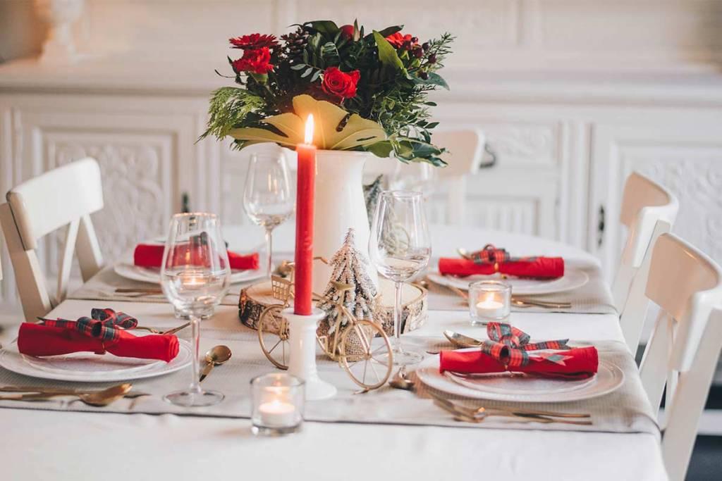 Mesa de natal com tons vermelhos e dourados