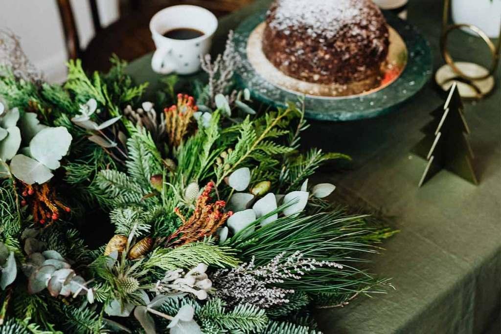 Mesa de natal com arranjos florais