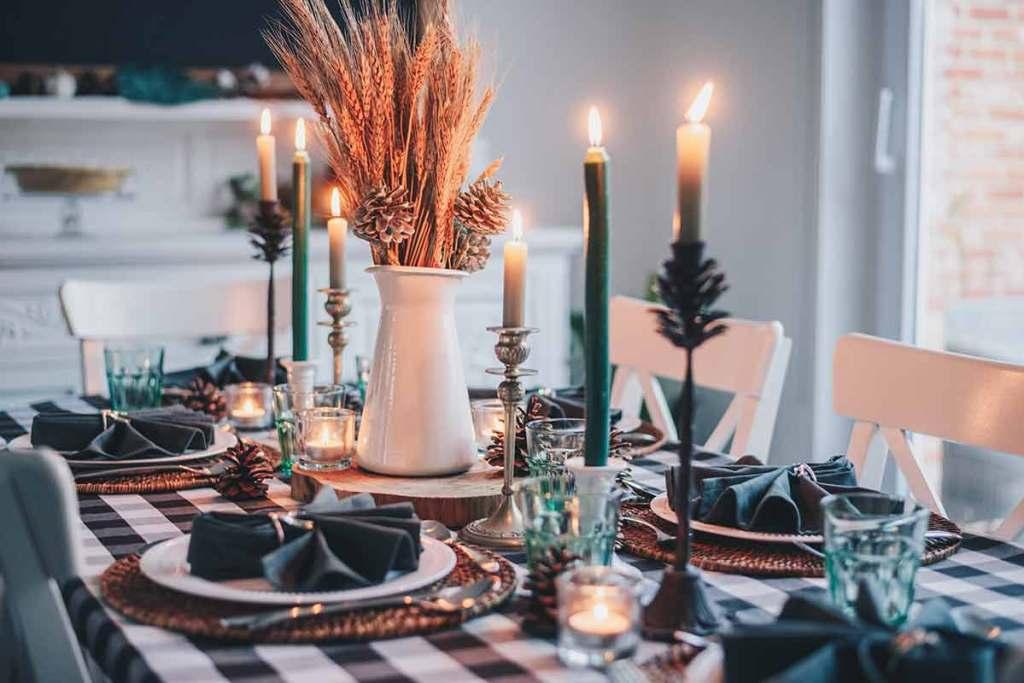 Mesa de natal com velas e decoração