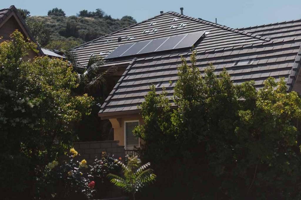 Telhado casa com painéis solares