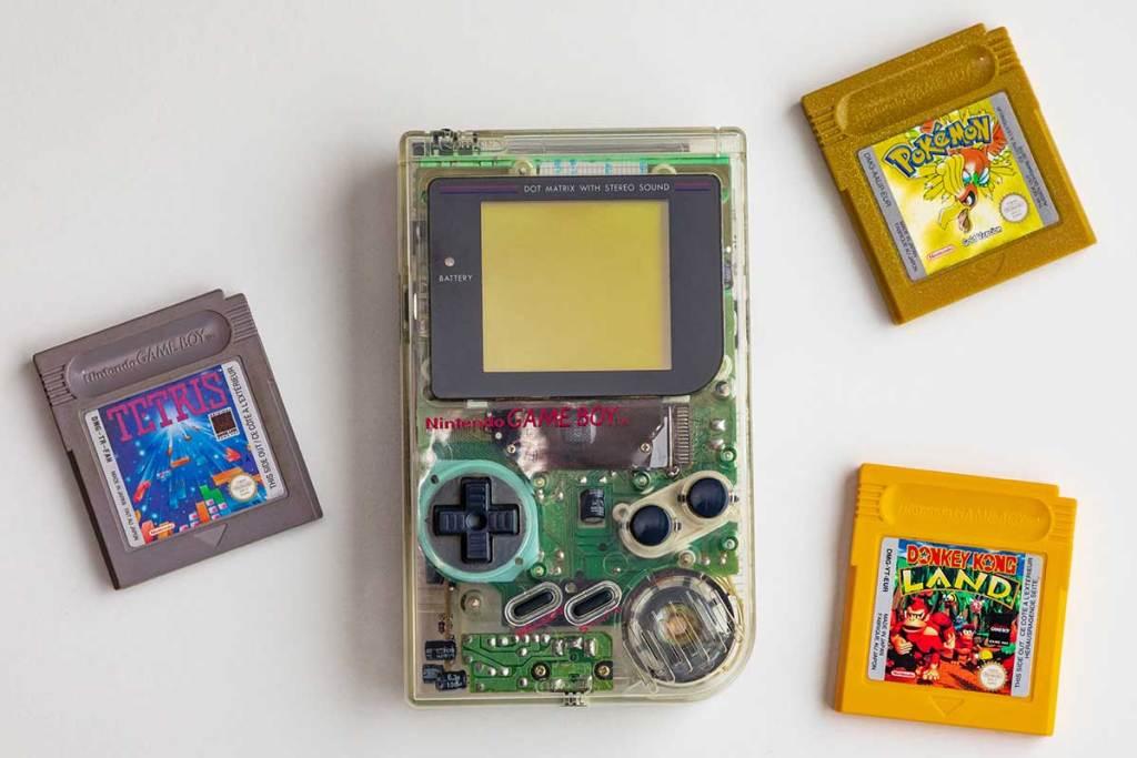 Nintendo Game Boy com jogo Pokémon