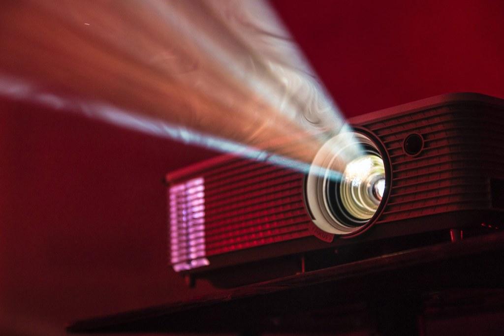 Como escolher o melhor projetor de vídeo para ter em casa title
