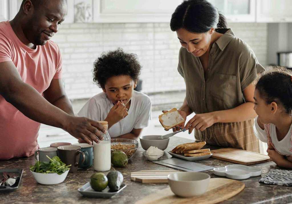 Família a preparar pequeno-almoço