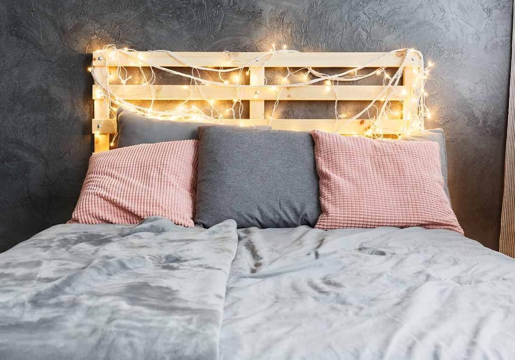 Cabeceira de cama com móveis de paletes