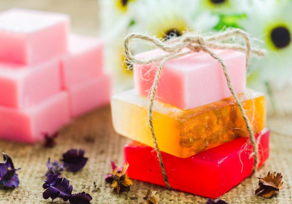 Como fazer sabonetes caseiros: receitas simples e fáceis title