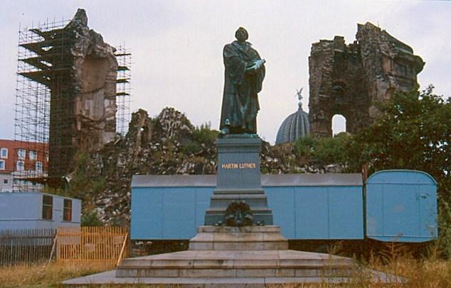 Symbol für Mut und Zuversicht: Die Dresdener Frauenkirche 1990.