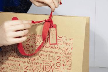 realiser un emballage cadeau de noel personnalisé