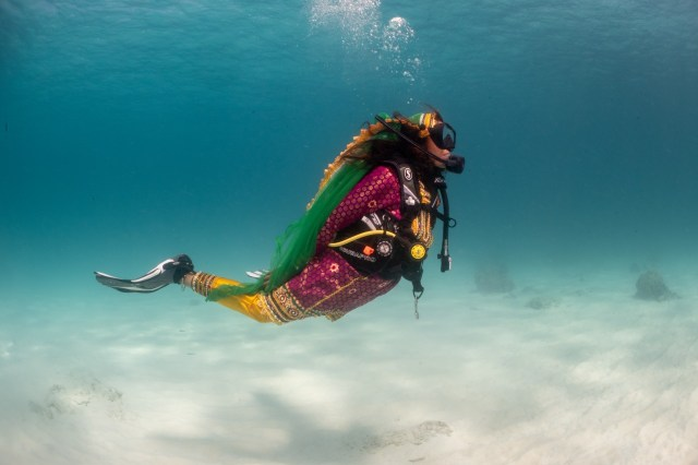 Diver in traditional Omani outfit