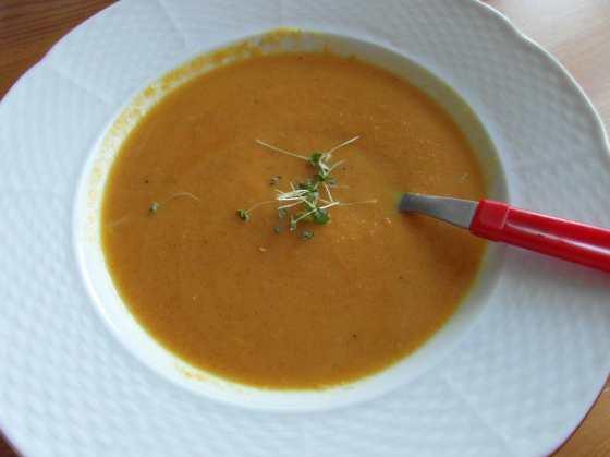 Hotová polévka s trochou chia klíčků
