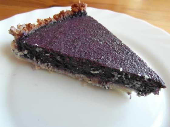 Jeden kousek hotového borůvkového koláče