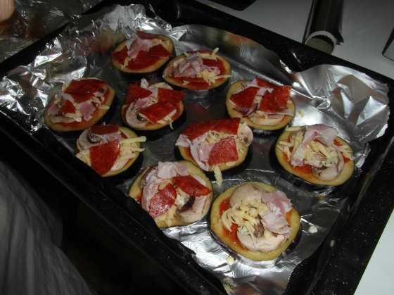 Lilkové pizzy na pekáči před pečením
