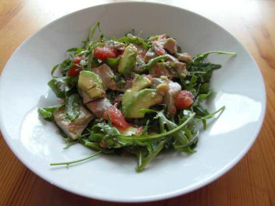 Tuňákový salát s rukolou, avokádem a grepem