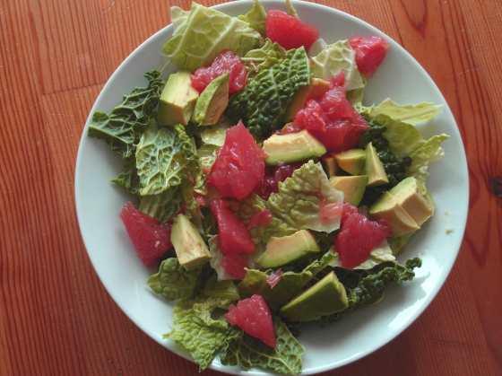 Kapustový salát s avokádem, grepem a zázvorovým dresinkem