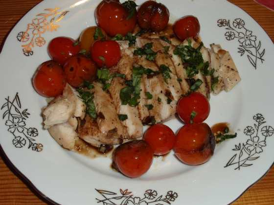 Filované kuřecí prso, cherry rajčata na balsamiku a česneku
