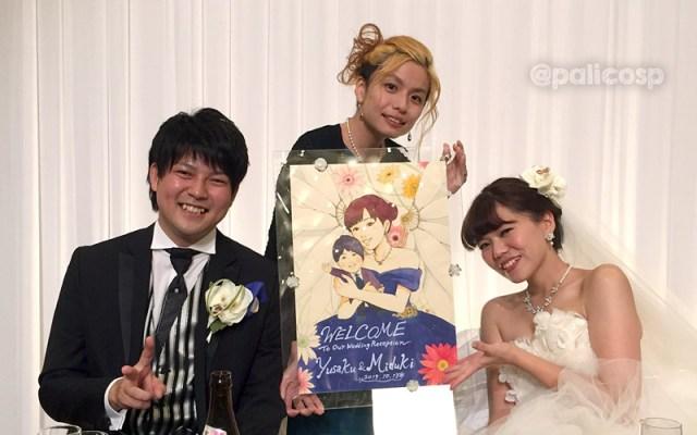 式場で新郎新婦と共にウェルカムボードの記念写真
